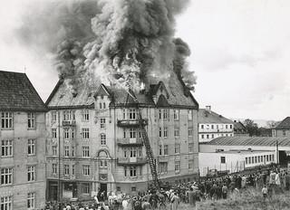 [Brann i Magnus den Godes gate (1953) fra Trondheim Byarkiv på flickr.com]